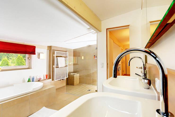 Doppel(t)haus in Gräfelfing:  Badezimmer von Architekturbüro Schaub