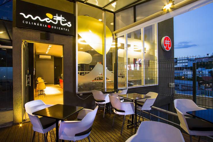 Área externa deck Restaurante Matto: Espaços gastronômicos  por Mariana Borges e Thaysa Godoy,