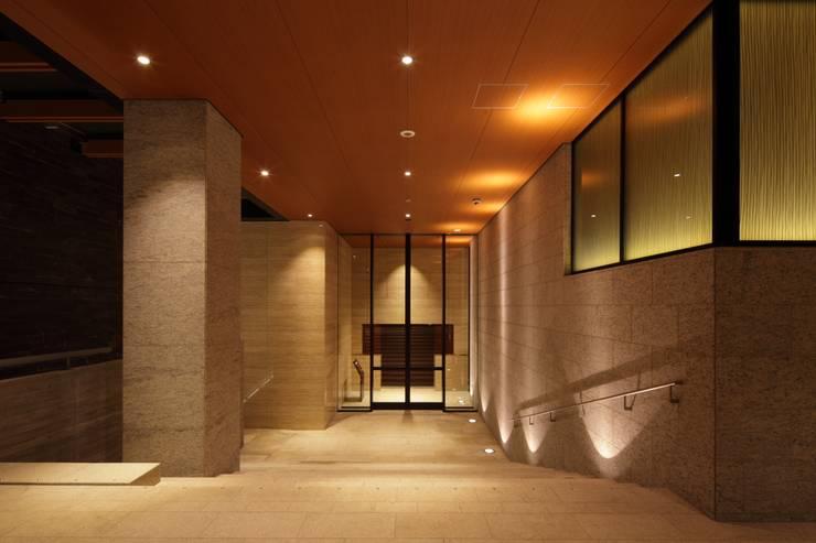 エントランスアプローチ夕景: 株式会社 日建ハウジングシステムが手掛けた壁です。