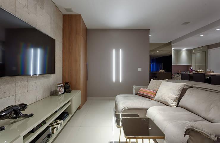 Sala de estar e TV: Salas de estar  por Mariana Borges e Thaysa Godoy,Moderno