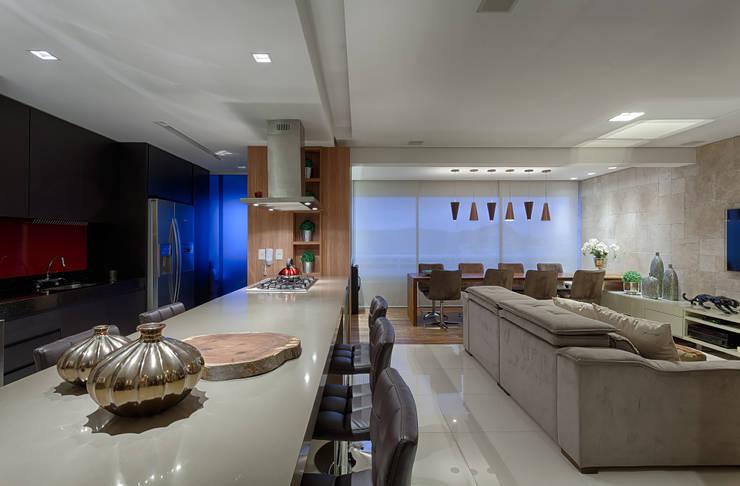 Cozinha Gourmet integrada a sala de estar: Cozinhas  por Mariana Borges e Thaysa Godoy,Moderno