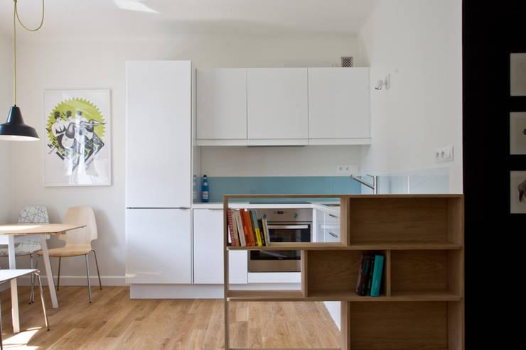 Salon z kuchnią: styl , w kategorii  zaprojektowany przez En Casa Premium Real Estate
