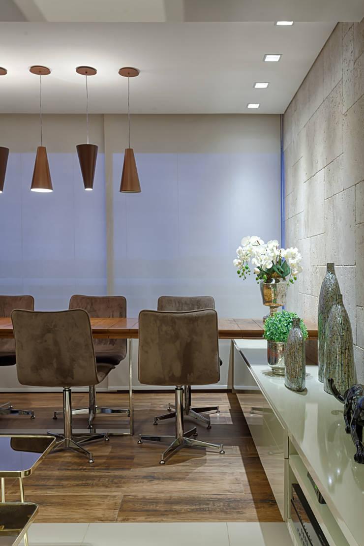 Varanda integrada ao estar: Terraços  por Mariana Borges e Thaysa Godoy,Moderno