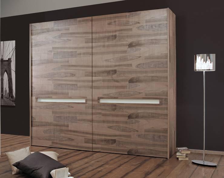 Armadio realizzato in legno: Camera da letto in stile  di CORDEL s.r.l.