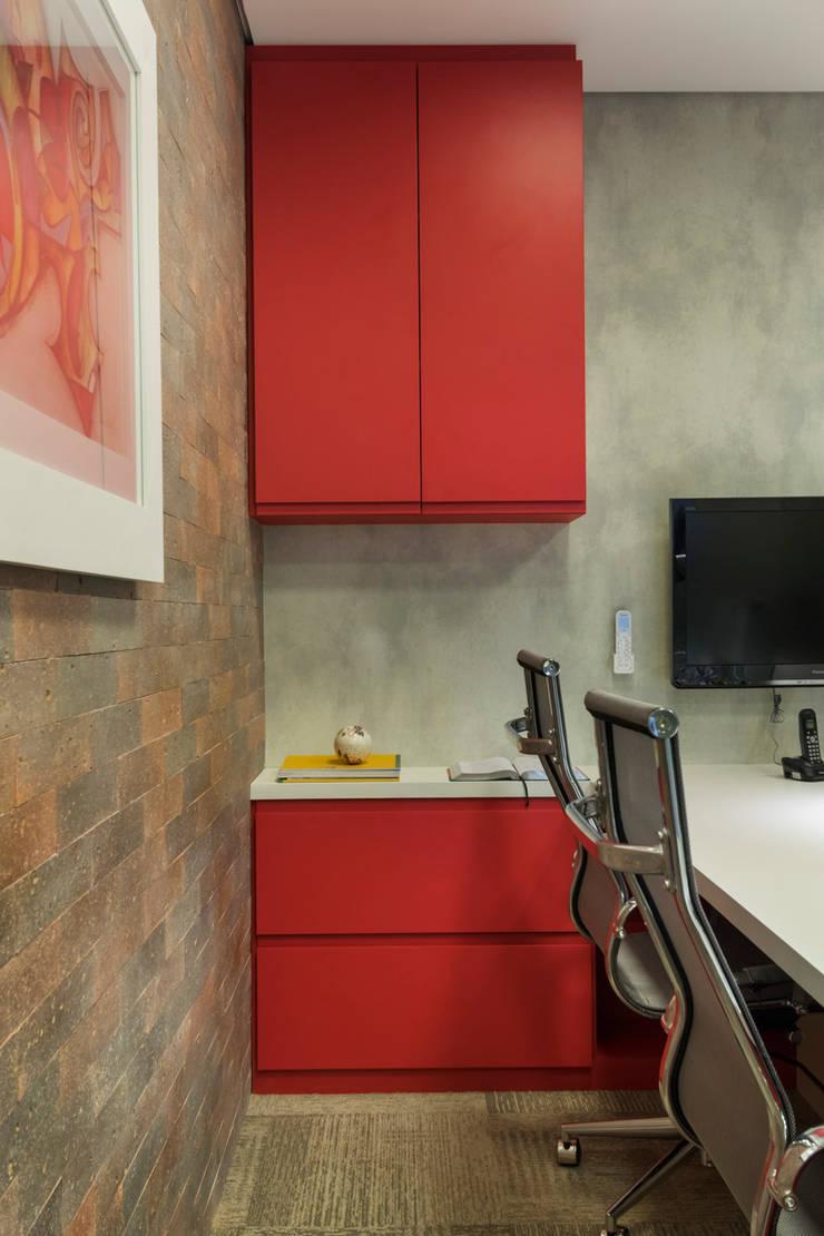 Escritório Vermelho: Escritórios  por Cactus Arquitetura e Urbanismo,Industrial
