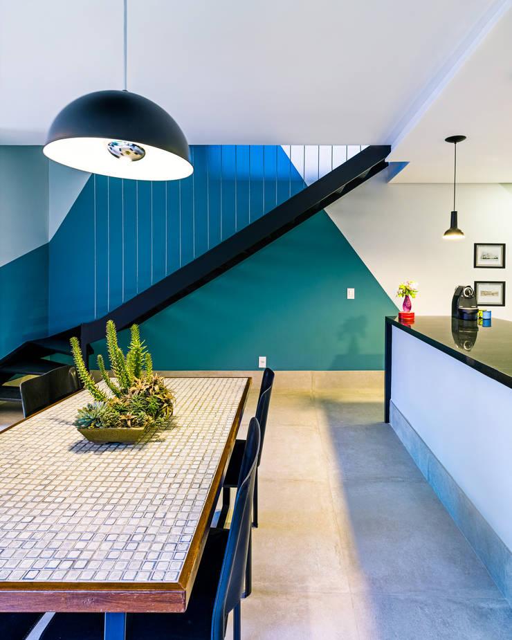 Escada em ferro preto com cabos de aço: Corredores e halls de entrada  por Studio ML,