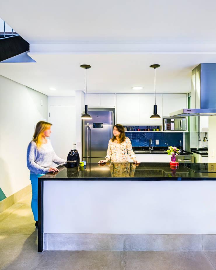 Cozinha clean: Cozinha  por Studio ML,