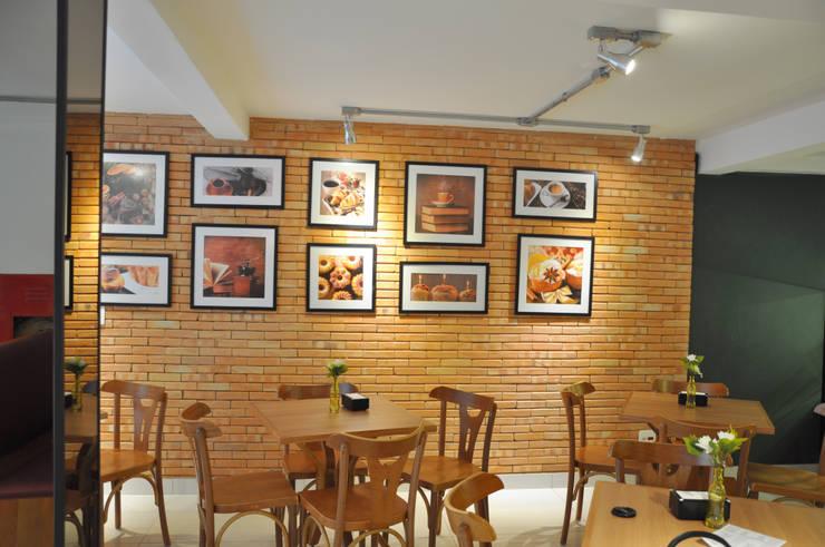 Salão principal: Espaços gastronômicos  por Novità - Reformas e Soluções em Ambientes,