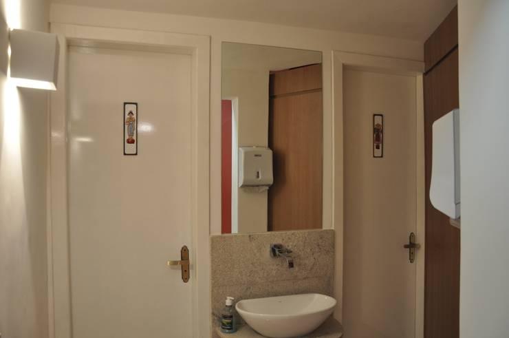 Banheiros: Espaços gastronômicos  por Novità - Reformas e Soluções em Ambientes,