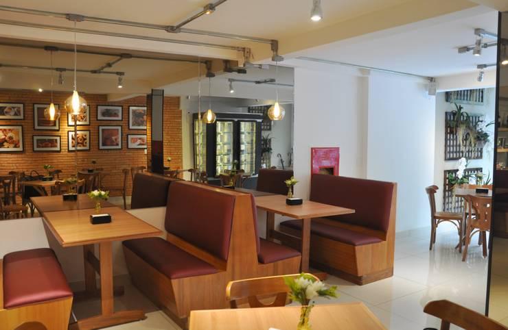 Salão principal : Espaços gastronômicos  por Novità - Reformas e Soluções em Ambientes,