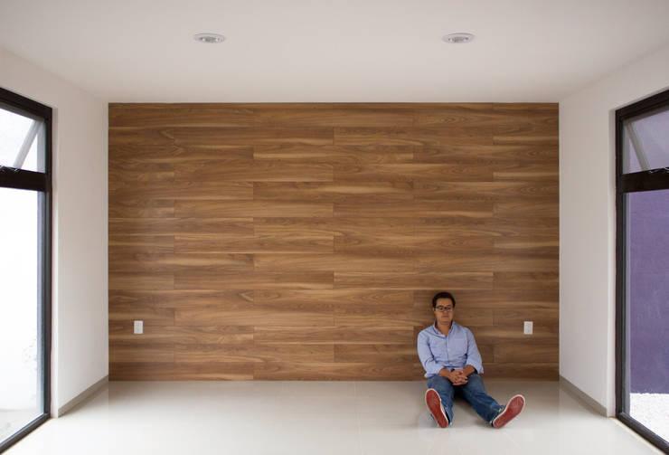 FONDO DE MADERA Salones minimalistas de Región 4 Arquitectura Minimalista