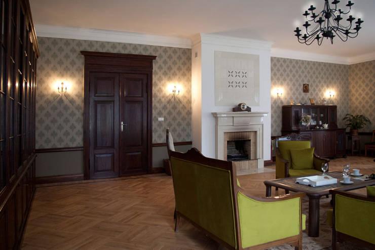 Projekt wnętrz dworu: styl , w kategorii Salon zaprojektowany przez Projektant wnętrz Michał Hoffmann,Klasyczny Drewno O efekcie drewna