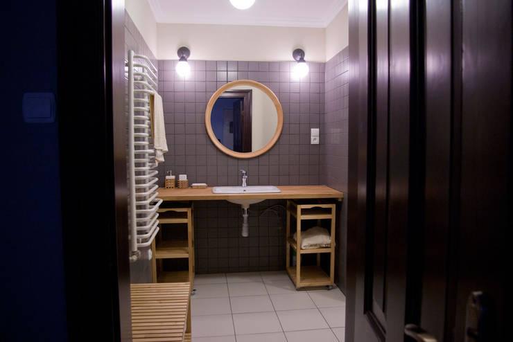 Projekt wnętrz dworu: styl , w kategorii Łazienka zaprojektowany przez Projektant wnętrz Michał Hoffmann,Klasyczny Ceramika