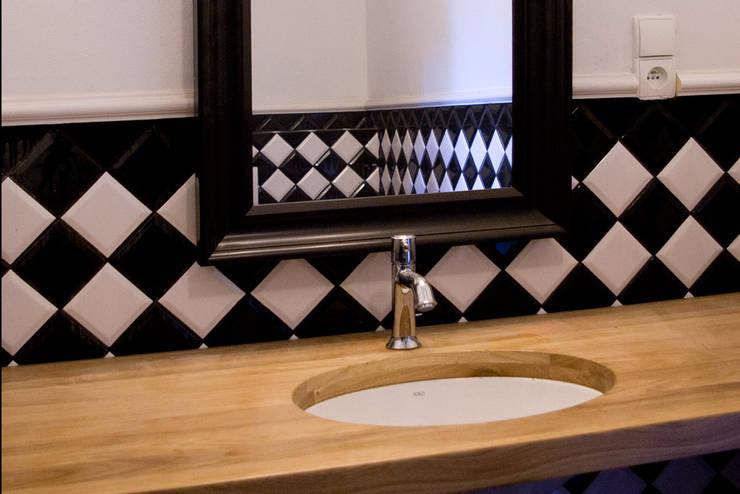 Projekt wnętrz dworu: styl , w kategorii Łazienka zaprojektowany przez Projektant wnętrz Michał Hoffmann,Klasyczny Drewno O efekcie drewna