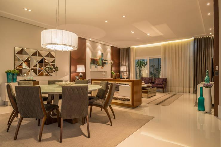 Casa Swiss: Salas de jantar modernas por Juliana Stefanelli Arquitetura e Design