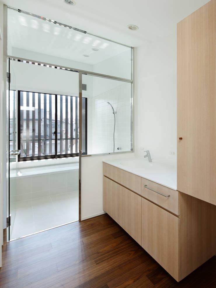 上馬の家: 向山建築設計事務所が手掛けた浴室です。,