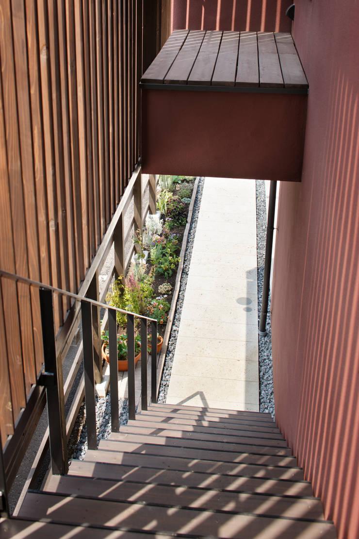 上馬の家: 向山建築設計事務所が手掛けた廊下 & 玄関です。,