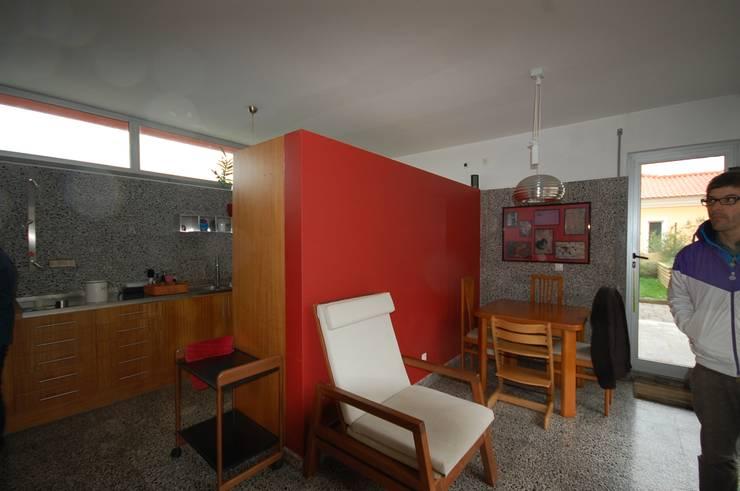 Casa na Portela: Cozinhas  por Borges de Macedo, Arquitectura.