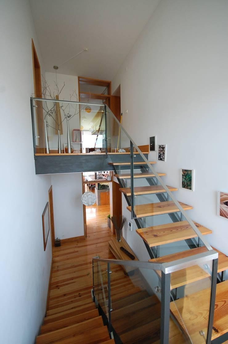 Casa na Portela: Corredores e halls de entrada  por Borges de Macedo, Arquitectura.