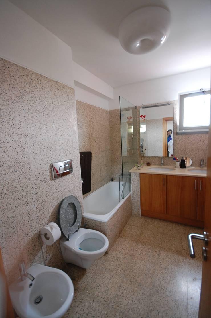 Casa na Portela: Casas de banho  por Borges de Macedo, Arquitectura.