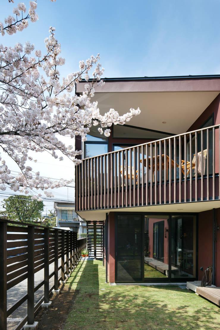 上馬の家: 向山建築設計事務所が手掛けたテラス・ベランダです。,
