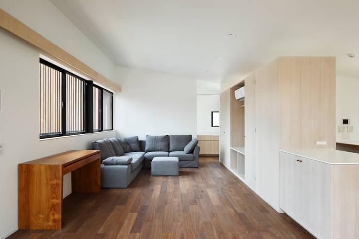 上馬の家: 向山建築設計事務所が手掛けたリビングです。