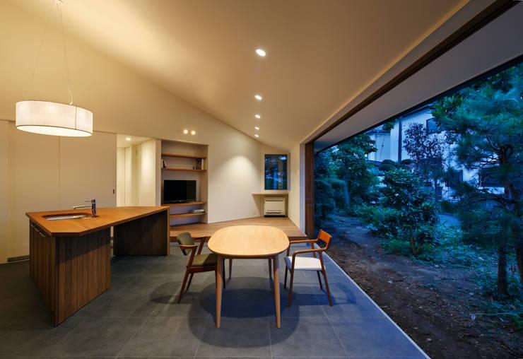 Salas de estar modernas por 向山建築設計事務所
