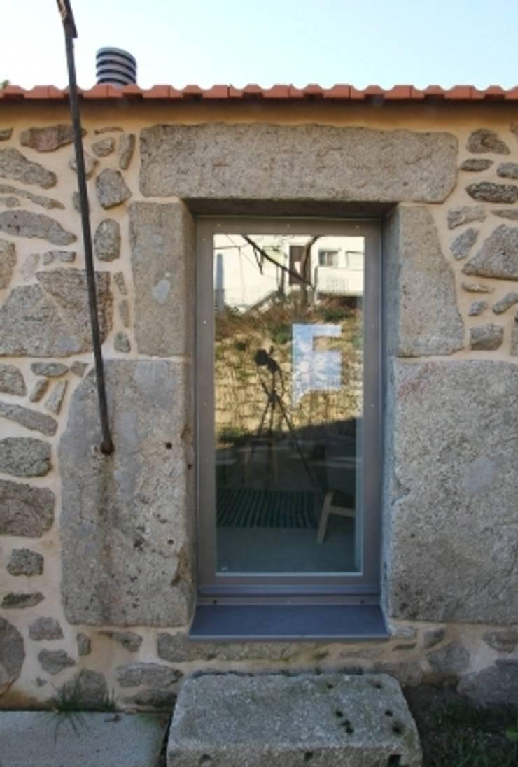 Turismo Rural em Paredes de Coura : Janelas   por Escritorio de arquitetos