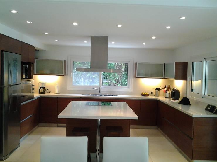 Cocina Familiar y Moderna: Cocinas de estilo  por Silvina Lightowler - Diseño a medida
