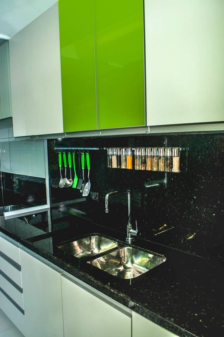 COZINHA MODERNA: Cozinhas  por AVNER POSNER INTERIORES