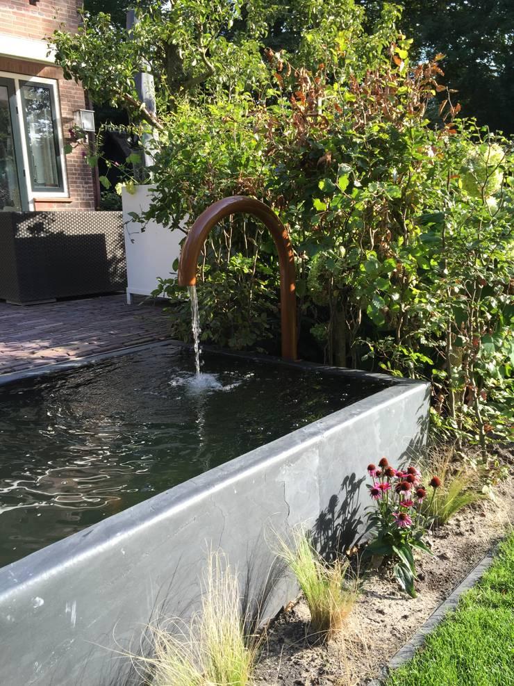 koperkleurige waterelementen :  Tuin door Biesot