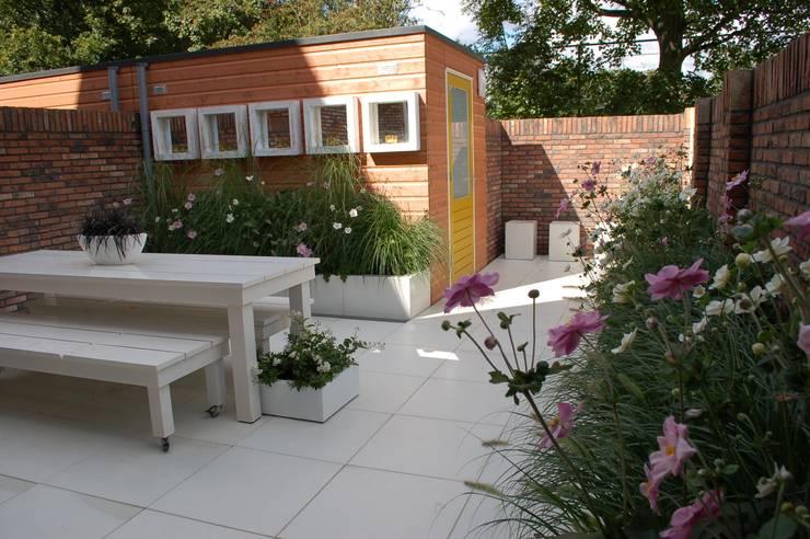 Witte tuin: moderne Tuin door Biesot