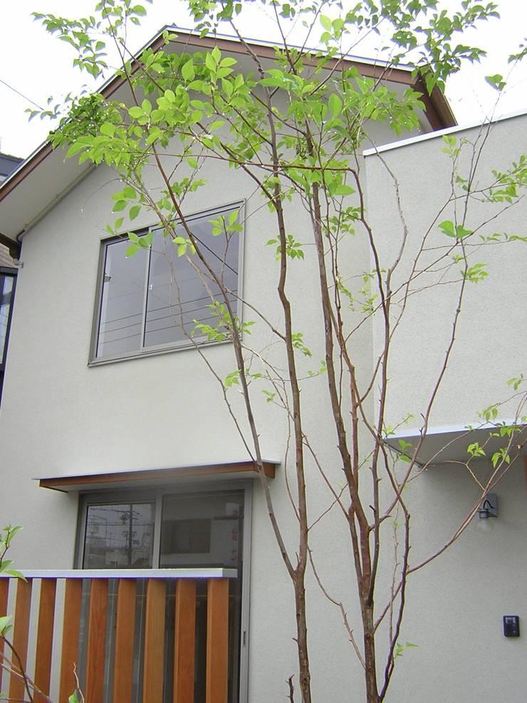 外観見上げ: アース・アーキテクツ一級建築士事務所が手掛けた木造住宅です。