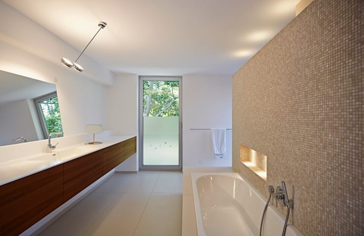Baños de estilo moderno por Marcus Hofbauer Architekt