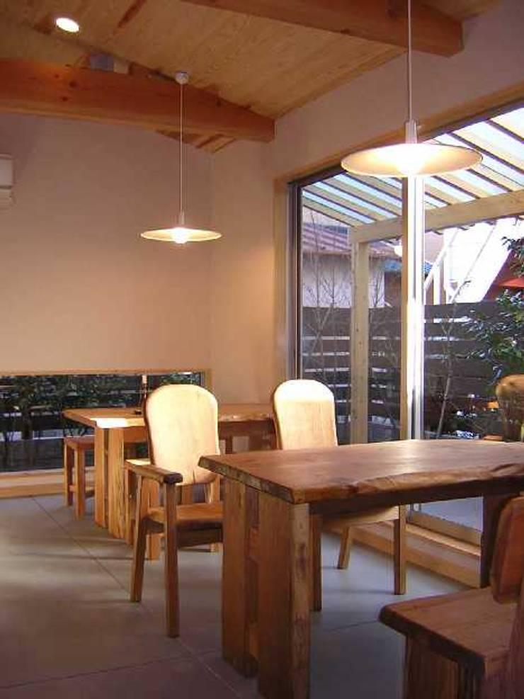 カフェ 客席: アース・アーキテクツ一級建築士事務所が手掛けたダイニングです。,