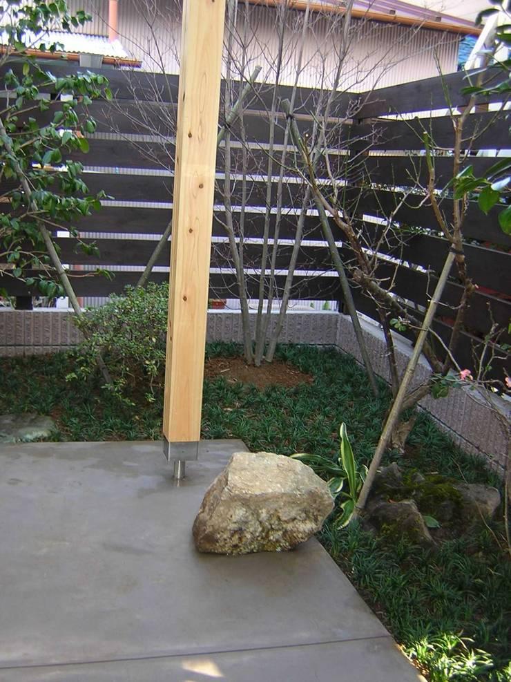 小さな庭: アース・アーキテクツ一級建築士事務所が手掛けた庭です。,