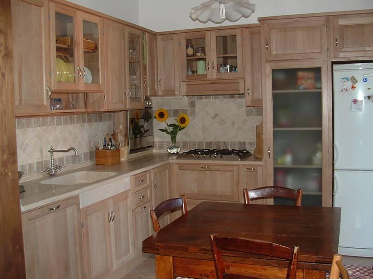 Cucine: Cucina in stile  di Falegnameria Martinelli Sergio