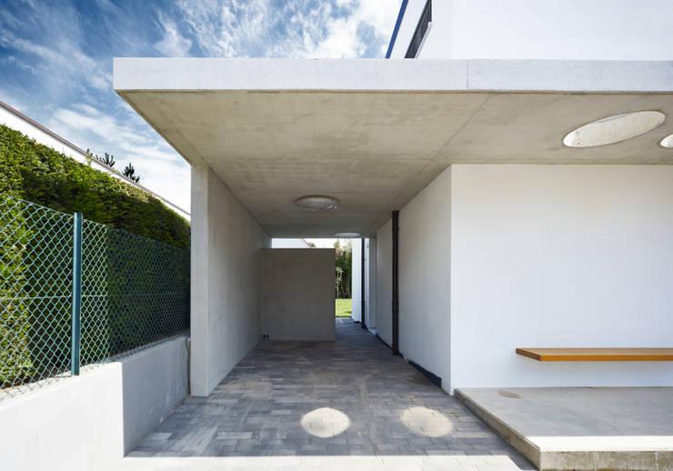 Garagens e arrecadações modernas por Marcus Hofbauer Architekt