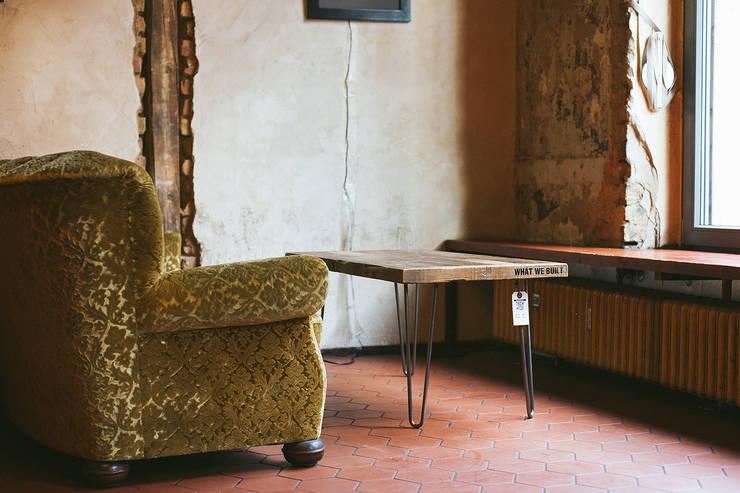 Hagestolz Tisch:  Wohnzimmer von What We Built