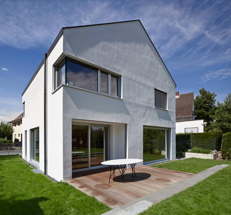 Gartenansicht mit Terrasse:  Häuser von Marcus Hofbauer Architekt