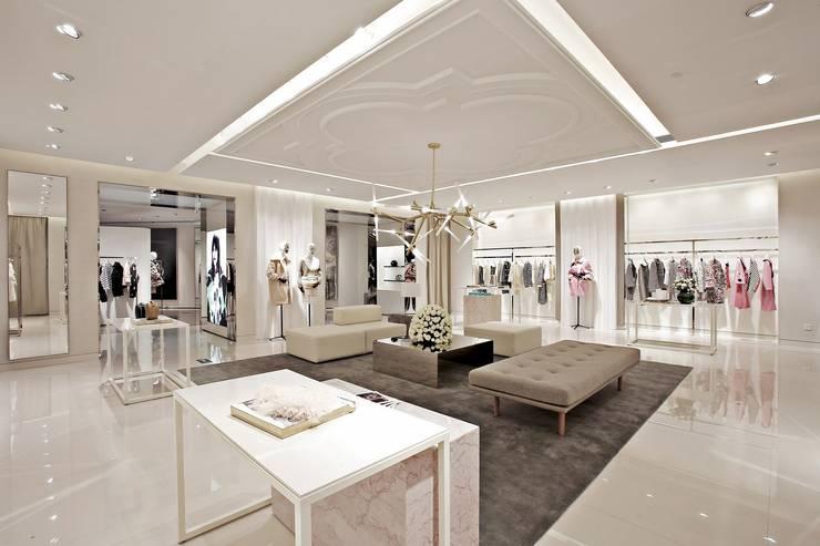 Illuminazione Sotre Diamond: main room: Pareti in stile  di Rossi Lighting Design