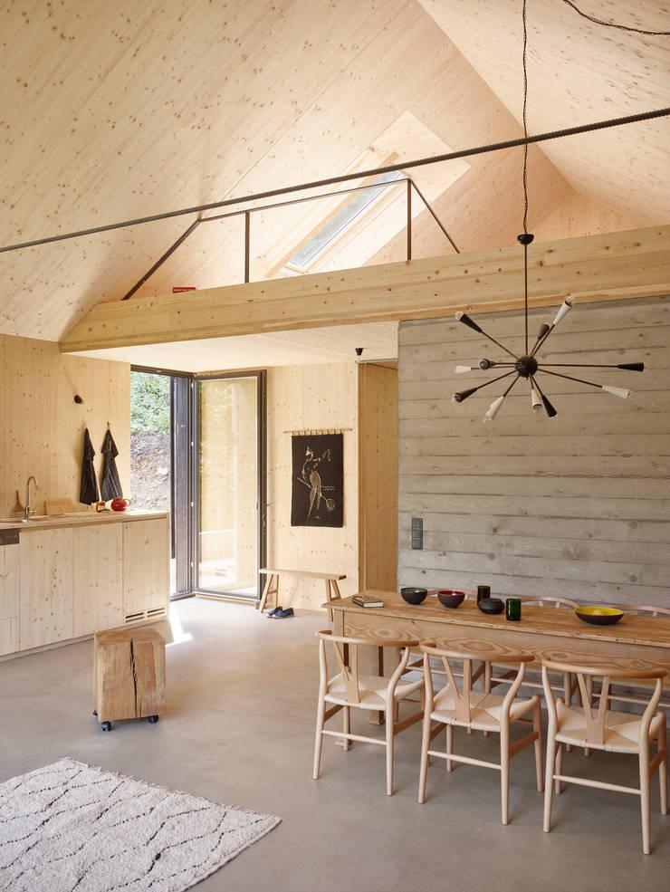 Modern dining room by Backraum Architektur Modern