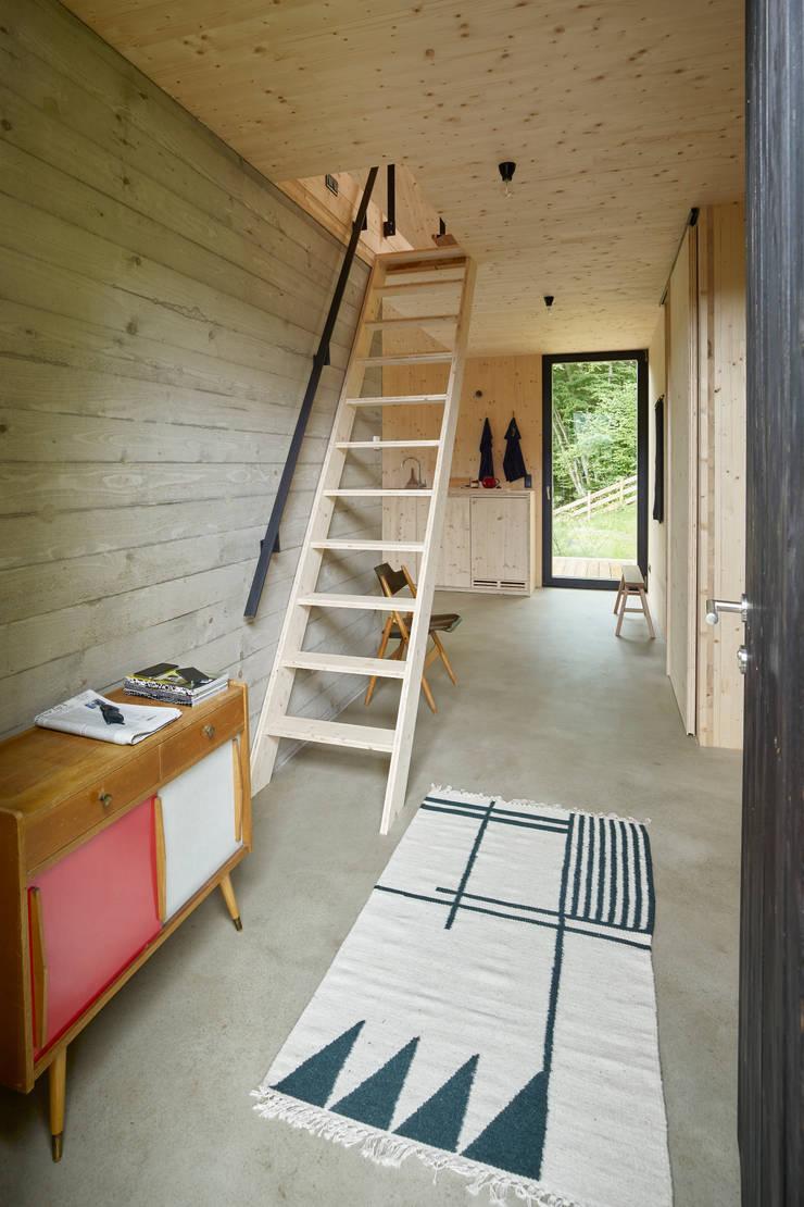 Modern corridor, hallway & stairs by Backraum Architektur Modern