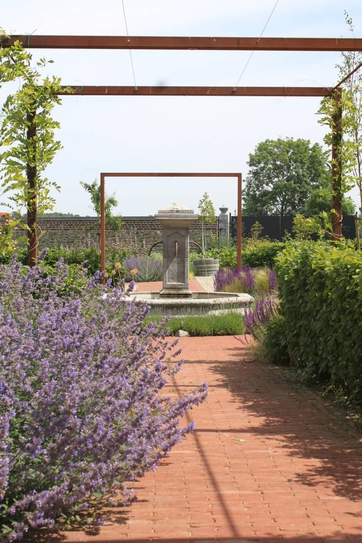 Bloementuin bij carre boerderij:  Tuin door Hoveniersbedrijf Guy Wolfs