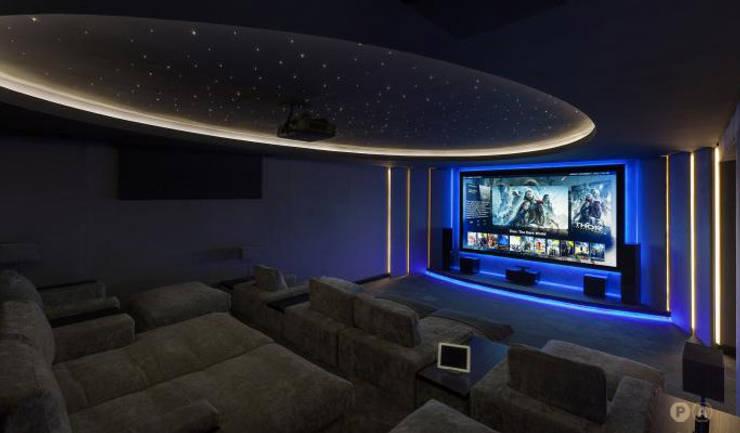 Marbella Villa: Sala multimediale in stile  di Principioattivo Architecture Group Srl