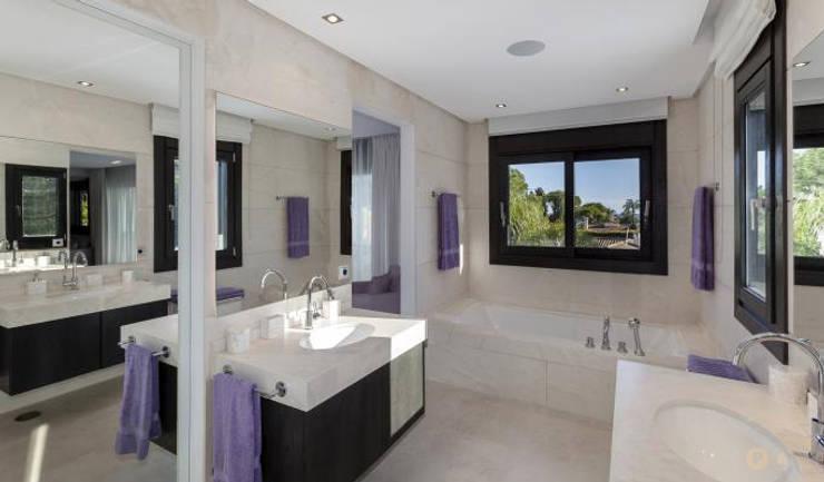 Marbella Villa: Bagno in stile  di Principioattivo Architecture Group Srl