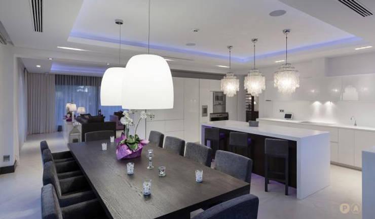 Marbella Villa: Sala da pranzo in stile  di Principioattivo Architecture Group Srl