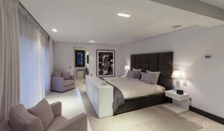 Marbella Villa: Camera da letto in stile  di Principioattivo Architecture Group Srl