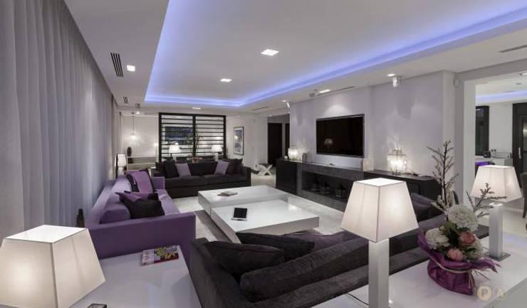 Marbella Villa: Soggiorno in stile  di Principioattivo Architecture Group Srl