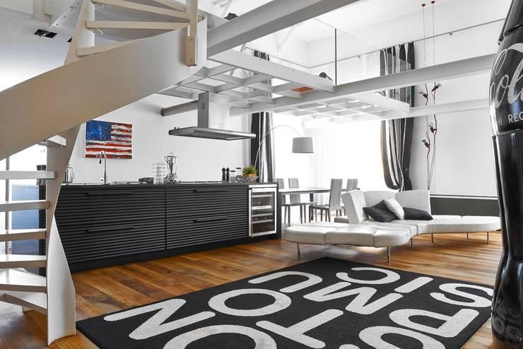 Bianco Antico. Restauro appartamento in centro storico.: Cucina in stile in stile Eclettico di Architetto Alboini Maria Gabriella